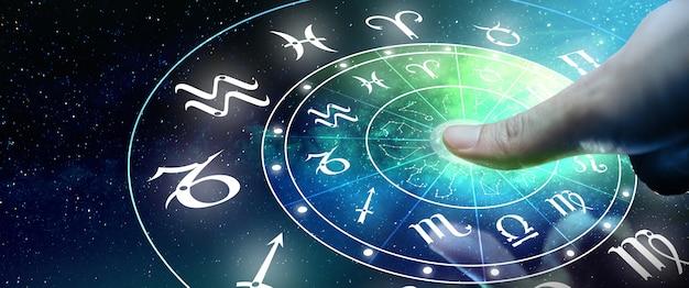 Astrologiczne znaki zodiaku wewnątrz okręgu horoskopu mężczyzna lub kobieta dotykający ekranu znaki zodiaku