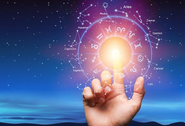 Astrologiczne znaki zodiaku wewnątrz okręgu horoskopu z ludzką ręką