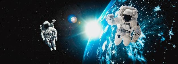 Astronauci kosmonauci robią spacery kosmiczne
