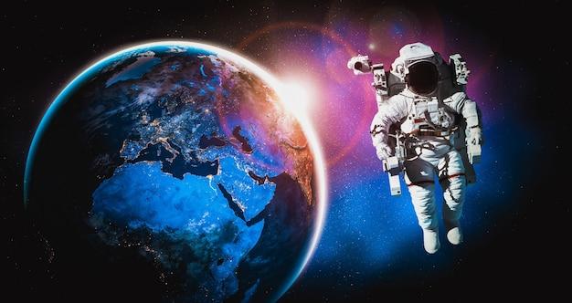 Astronauta kosmonauta robi spacer kosmiczny podczas pracy na stacji kosmicznej