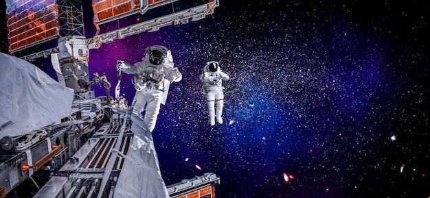 Astronauta Kosmonauta Robi Spacer Kosmiczny Podczas Pracy Na Stacji Kosmicznej Premium Zdjęcia