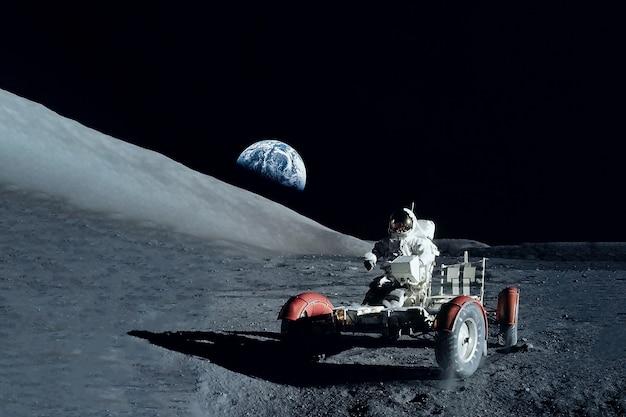 Astronauta na księżycu elementy tego zdjęcia dostarczyła nasa. zdjęcie wysokiej jakości