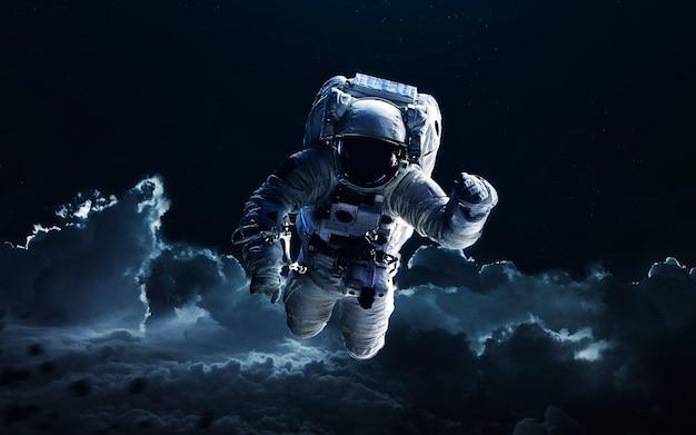 Astronauta. w kosmosie