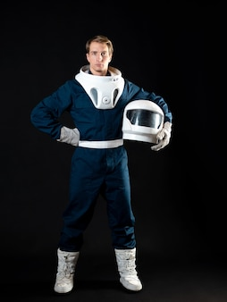 Astronauta w skafandrze jest gotowy do startu.