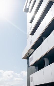 Asymetryczna fasada szaro-białego budynku