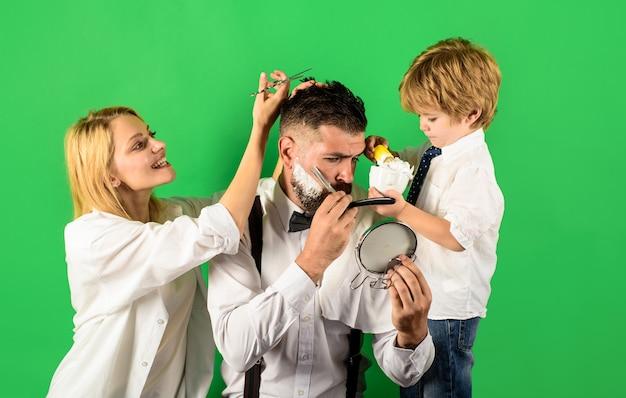 Asystent dla taty osobisty stylista fryzjer salon fryzjerski brodaty mężczyzna w fryzjera fryzjera i