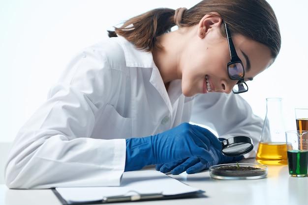 Asystent laboratoryjny na swoim biurku badań mikrobiologicznych technologii
