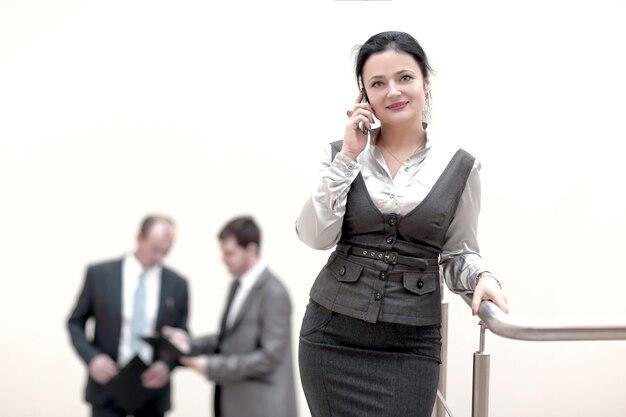 Asystent z telefonem komórkowym