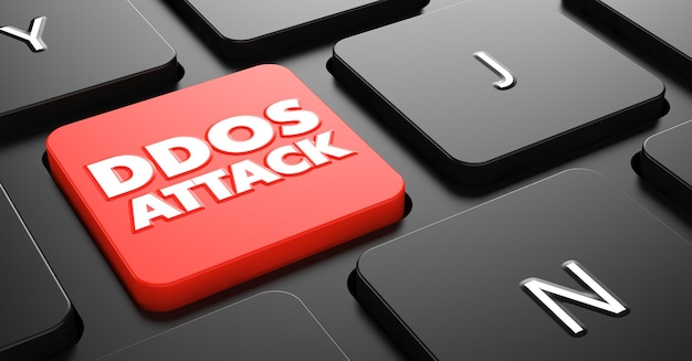 Atak ddos na czerwony przycisk na czarnej klawiaturze komputera.
