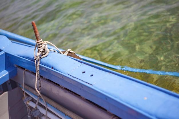 Atak wiosła w drewnianej łodzi
