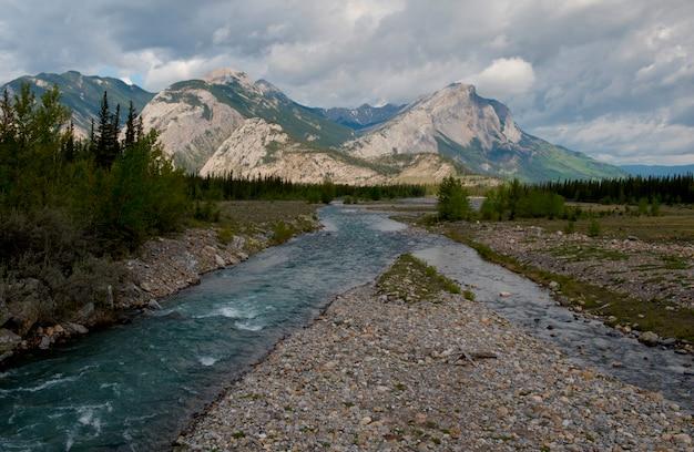 Athabasca rzeka z górami w tle, jaspisowy park narodowy, alberta, kanada
