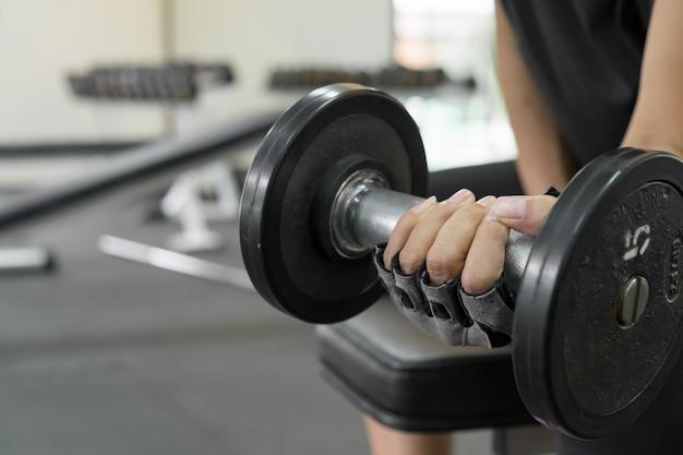 Athletic m? oda kobieta robi fitness trening z hantle