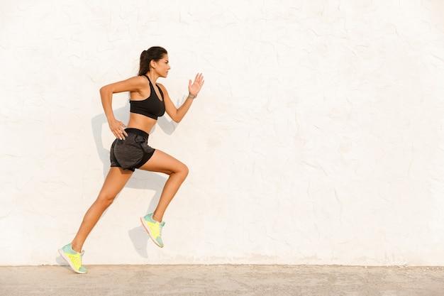 Athletic womanin sportswear, ćwiczenia i bieganie
