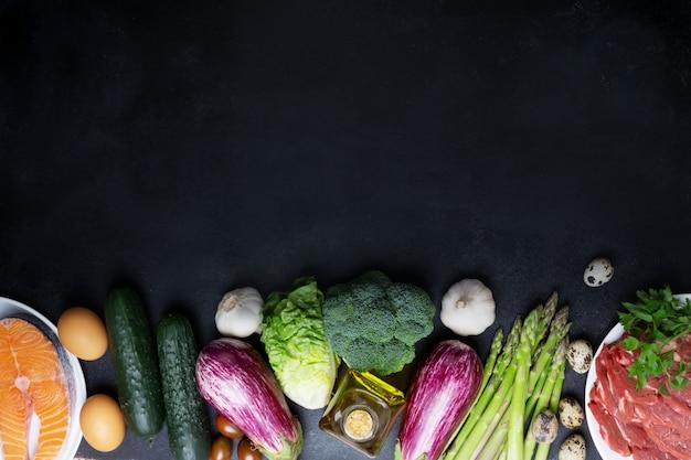 Atkins diet składniki żywności na czarnej tablicy