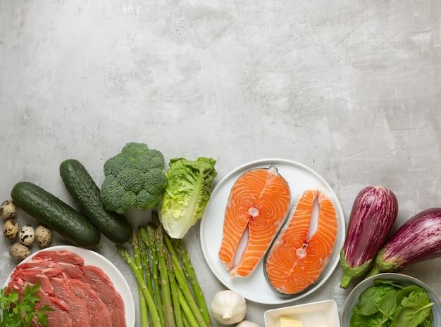 Atkins diety karmowi składniki na betonowym tle, zdrowia pojęcie, odgórny widok z kopii przestrzenią