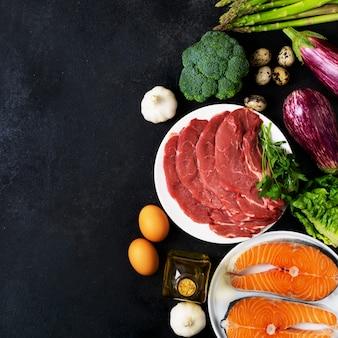 Atkins diety karmowi składniki na tylnym chalkboard, zdrowia pojęcie, odgórny widok z kopii przestrzenią