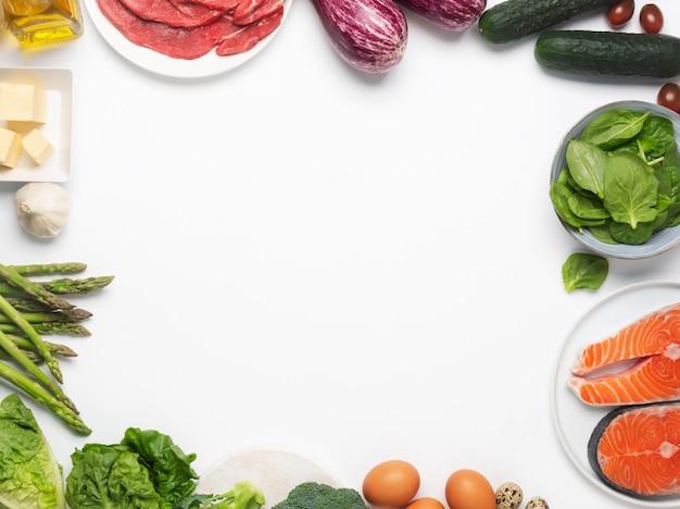 Atkins diety karmowi składniki odizolowywający na bielu, zdrowia pojęcie, odgórny widok z kopii przestrzenią