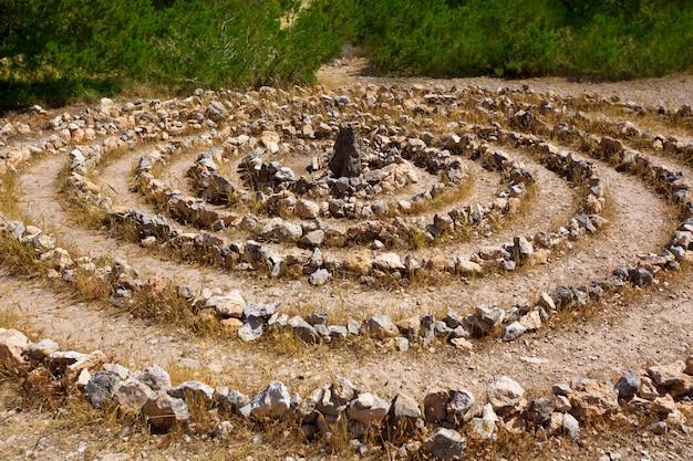 Atlantis spirala podpisuje wewnątrz ibiza z kamieniami na ziemi