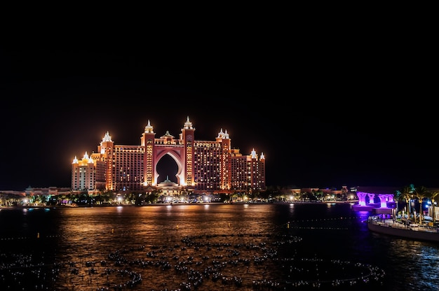Atlantis, the palm, dubaj wielomilionowy atlantis resort, hotel & theme park na wyspie palm jumeirah w dubaju, widok z the pointe dubai.