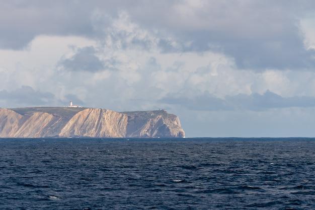 Atlantycki nadmorski krajobraz blisko portugalia - widok od morza
