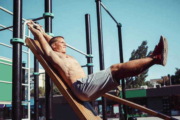Atleta robi ćwiczeniom przy stadium przy parkiem