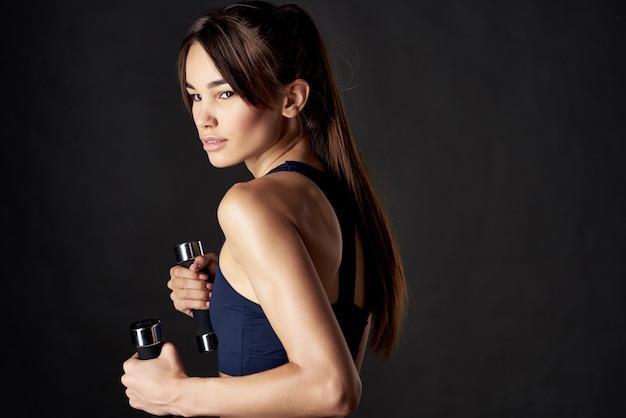 Atletyczna kobieta trening mięśni szczupła sylwetka ćwiczenia siłowni na białym tle