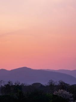 Atmosfera przed wschodem słońca na górze.