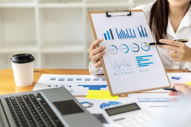 Atmosfera w sali spotkań startupu, dyrektor finansowy przedstawia kadrze zarządzającej podsumowanie finansowe firmy. koncepcja zarządzania finansami firm rozpoczynających działalność.