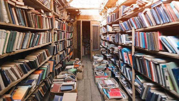 Atmosferyczna stara biblioteka z książkami.