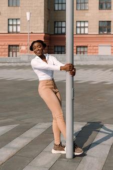 Atrakcyjna afrykańska kobieta, zabawy na ulicy