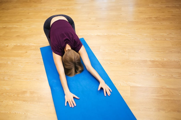 Atrakcyjna atleta młoda kobieta robi ćwiczeniu
