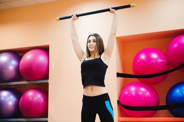 Atrakcyjna atlety młoda kobieta robi ćwiczeniu przy gym. wewnątrz.