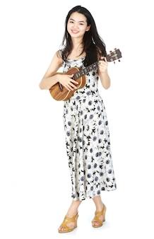 Atrakcyjna azjatycka kobieta gra na ukulele