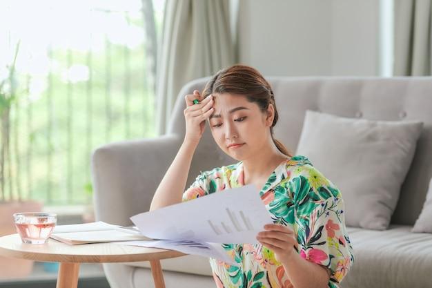 Atrakcyjna azjatycka kobieta odrabiająca pracę domową w domu