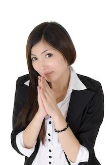 Atrakcyjna biznesowa kobieta modli się na białym tle