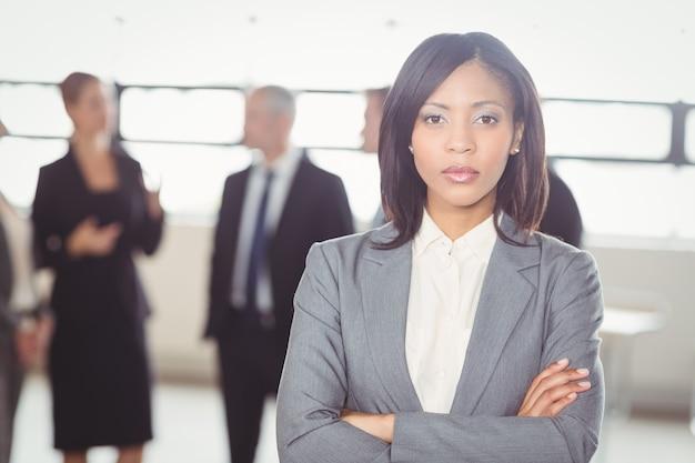Atrakcyjna biznesowa kobieta patrzeje kamerę