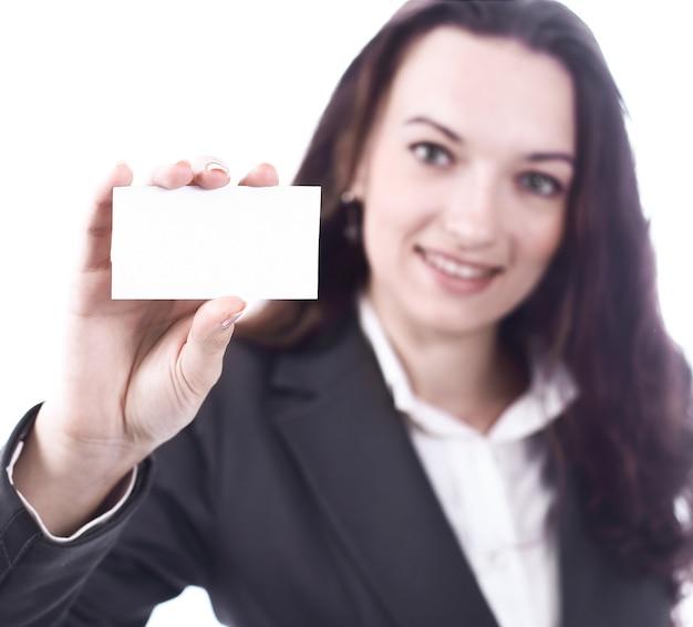 Atrakcyjna biznesowa kobieta pokazuje pustą wizytówkę.