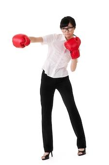 Atrakcyjna biznesowa kobieta z bokserskimi rękawiczkami