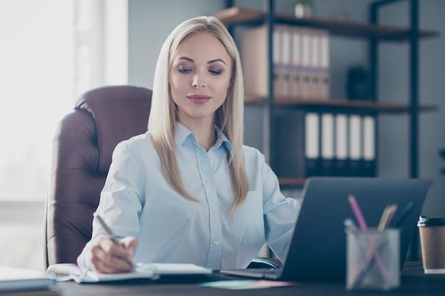 Atrakcyjna biznesowa pani notatnik przeczytaj raport korporacyjny