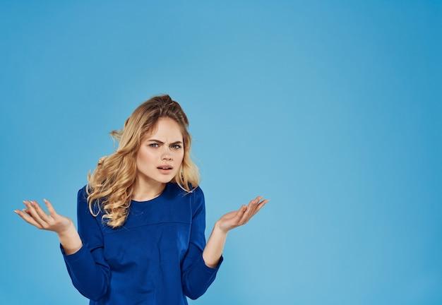 Atrakcyjna blondynka niebieska sukienka makijaż model stylu życia