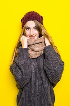 Atrakcyjna blondynka w ciepłym swetrze jest chora na grypę i próbuje się rozgrzać