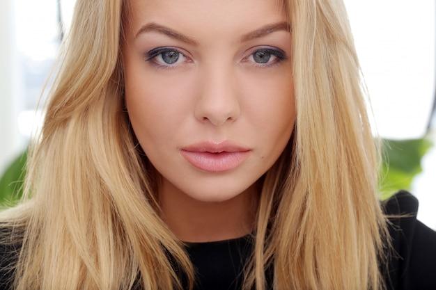 Atrakcyjna blondynka w domu