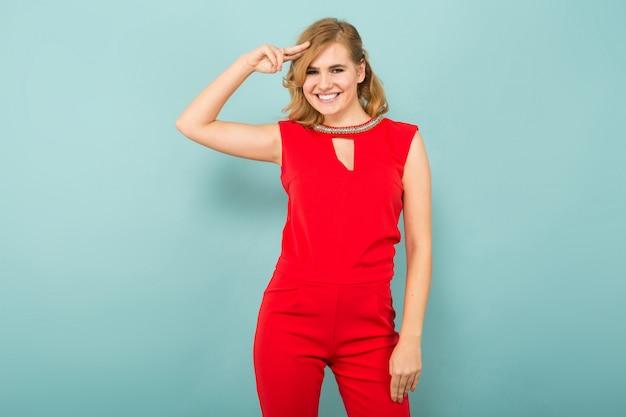 Atrakcyjna blondynki kobieta w czerwonych kombinezonach