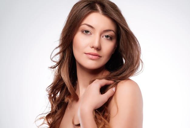 Atrakcyjna brunetka na białym tle