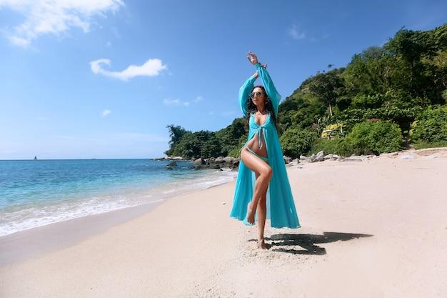 Atrakcyjna brunetka o szczupłym ciele na plaży