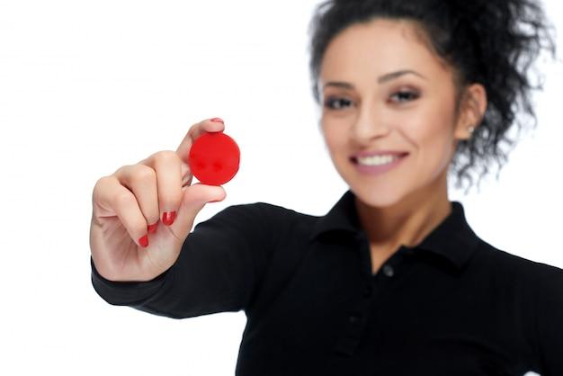 Atrakcyjna brunetka trzyma żetony w kasynie