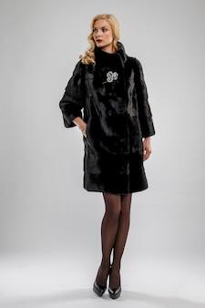 Atrakcyjna dama w czarnym futrze.