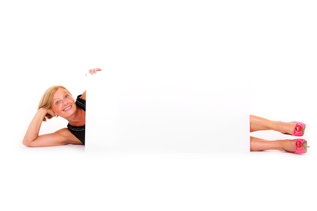 Atrakcyjna dojrzała kobieta leżąca z banerem na białym tle