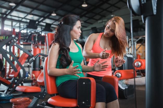 Atrakcyjna dziewczyna ćwiczy jej uda w gym