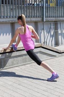 Atrakcyjna dziewczyna sportu na ulicy